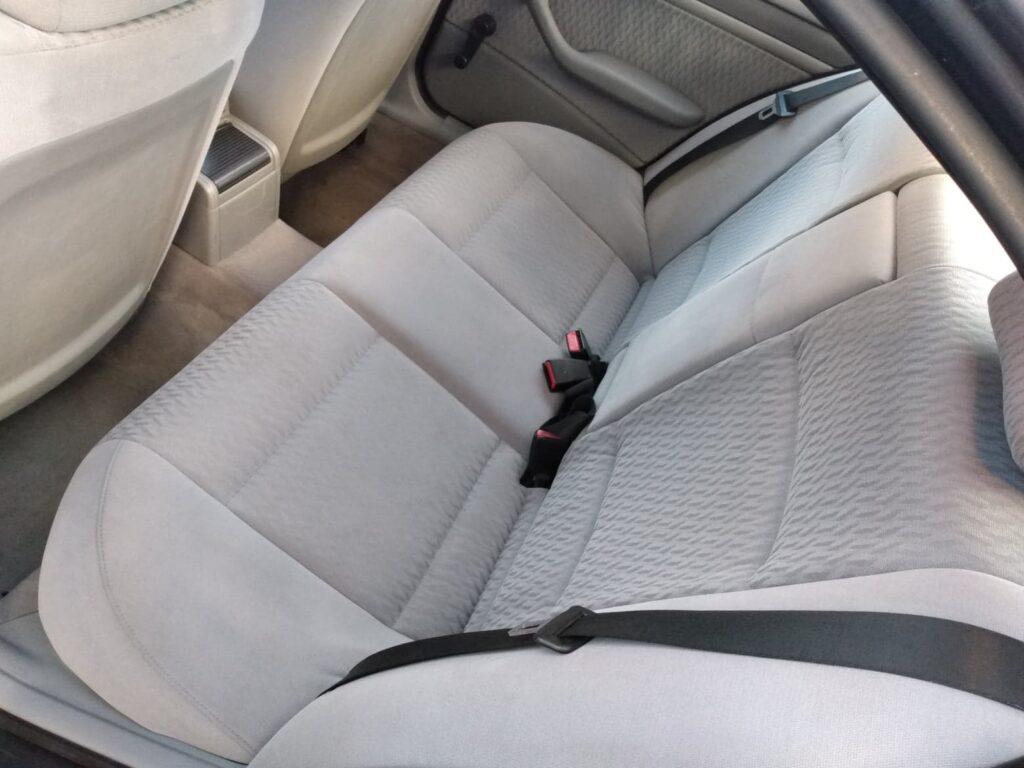 Wygląd samochodu od wewnątrz przed praniem tapicerki samochodowej - widać czyste tylnie fotele samochodu